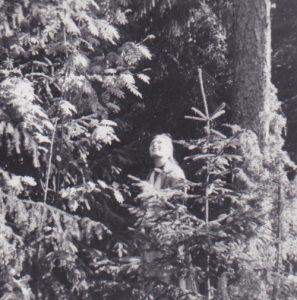 Eija kesähuvilan metsässä vuonna 1969.