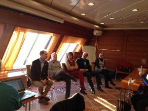 Koulutuspelin paneelissa alustajat Tarmo Toikkanen, Samuli Turunen, Vuokko Kangas, Esko Lius ja Irmeli Pietilä.