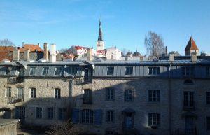 Maisema Vana Wirun ikkunasta pihalle. Taustalla näkyy Oleviste-kirkon torni.