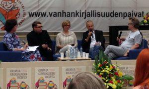 Digikirjoista keskustelemassa vasemmalta Leena Majander-Reenpää, Mikko Aarne, Annamari Arrakoski-Engardt, Arno Kotro ja Kari Enqvist