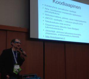 Tarmo Toikkanen kertoo IT-kouluttajien koodiaapisesta ja syksyn MOOCista opettajille. Tarmon päässä on Google-lasit ja kaulassa Creative Commons -parkkikiekko.
