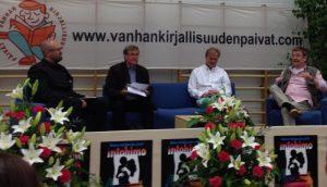 Sylvään koulun juhlasalissa Raamatusta intohimojen kirjana keskustelemassa Sakari Katajamäki, Hannu Mäkelä, Matti Myllykangas ja Hannu Taanila.