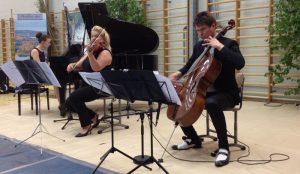 Sibelius-konserttia Sylvään koululla esittävät Nazig Azezian, Susanna Mieskonen-Makkkonen ja Jussi Makkonen.