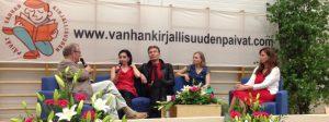 Sylvään koulun juhlasalissa Intohimosta ja kirjasta keskustelemassa Panu Rajala, Anna-Leena Härkönen, Riku Tuominen, Anni Kytömäki ja Päivi Alasalmi.