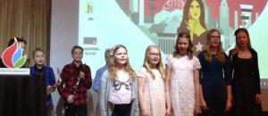 Oulunkylän ala-asteen lapsikuoro Young Stars laulaa äidistä ja tietokoneesta.