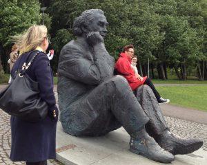 Leidit tuulisella Laulukentällä Gustav Ernesaksin patsaan luona.