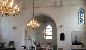 Johanneksen kirkossa ehtoollinen kansanmusiikin kera