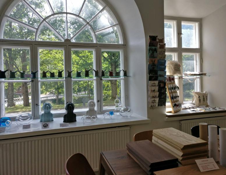 Onoma-putiikin taiteilijoiden laatimia esineitä ikkunalaudoilla ja pöydillä